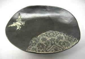 Plat ovale papillon grès blanc engobe noire