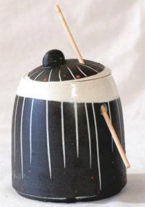 boite porcelaine griffé noir et blanc avec fermoir baton