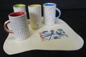 tasse paper clay sur plateau porcelaine